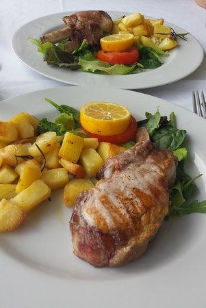 San Benedetto Po, Italië: Tomahawk di maialino iberico con patate arrosto… dall'Osteria Vecchio Cornione ...