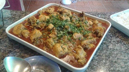 Frango ensopado, servido no Restaurante Recanto Lisieux. Acompanha arroz, feijão, polenta e salada.