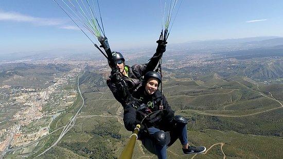 Paragliding Sierra Nevada, Granada, spain: Vuela como un pájaro, con toda seguridad y sin peligros ni miedos...Disfruta de las vistas de la ciudad de Granada, de la Alhambra y del Parque Nacional de Sierra Nevada