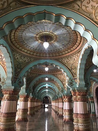 Mysore, India: Wonderful architectures and royal. The place is grand and huge! Keep your shoes outside before entering at a fee of 2 rupees per pair.