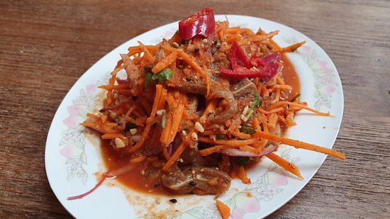 Oreja Kerabu Telinga Babi, oreja de cerdo, pepino, zanahoria, cebolla y picante a cascoporro