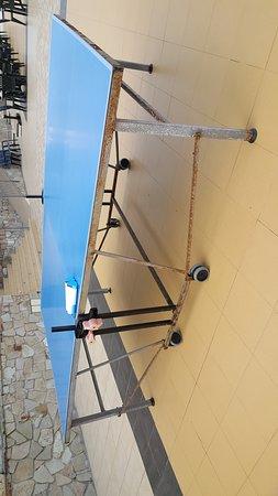 1 table de ping Pong pour tout le club et rouillé