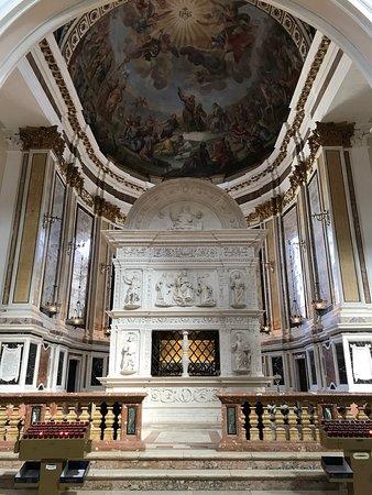 Basilica di San Bernardino: Salma del santo