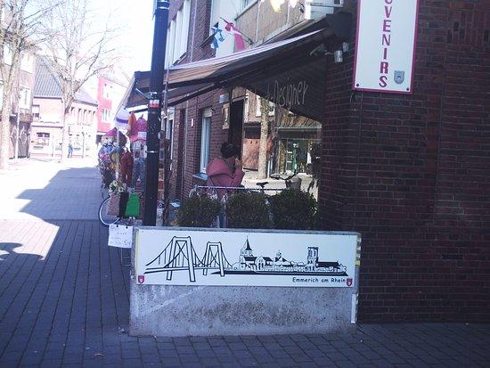 Auf der Kaß-Straße, der Einkaufstraße in Emmerich, am Rhein.