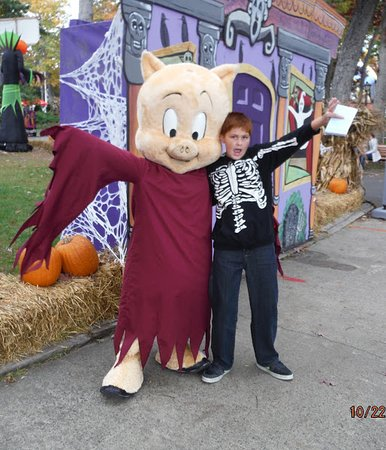 Six Flags Great Adventure: Me With Porky Pig As A Ghost.