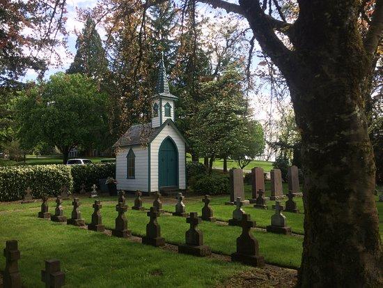 Mount Angel Abbey: Small graveyard near The Press