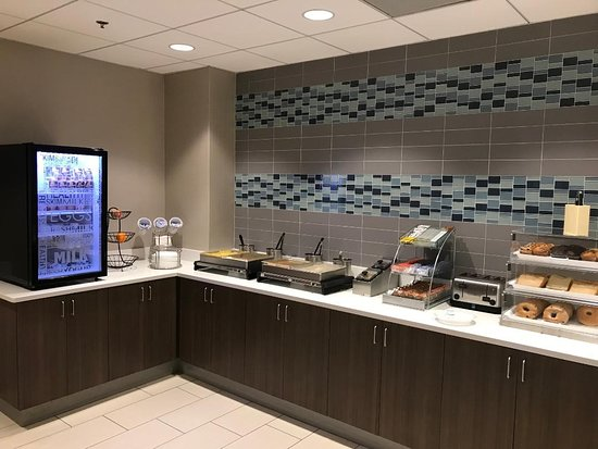 La Quinta Inn & Suites Melbourne - Palm Bay: The other end of the breakfast bar