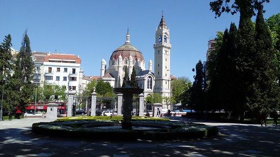 Iglesia de San Manuel y San Benito: Vista desde el Retiro
