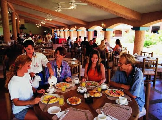 Costa Caribe Beach Hotel & Resort: Dinning with friends