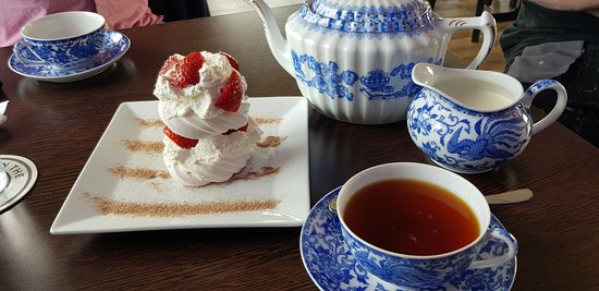 Blu Bar & Restaurant: Fresh Cream Meringues & a nice pot of tea on a sunny Sunday afternoon