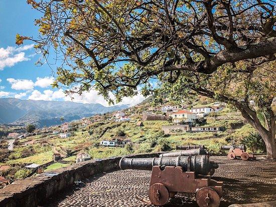 Santana, Portugal: Was für ein wunderschöner Aussichtspunkt an der Nordostküste Madeiras. Von hier hat man nicht nur einen grandiosen Blick auf das kleine Dörfchen Faial, sondern auch auf den atlantischen Ozean und den sogenannten Adlerfelsen. 🤩