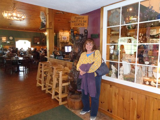 Portville, NY: Ample dining to the left and a cute gift shop to the right