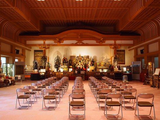 Takatori-cho, Japon : 雑然と仏像が並びます