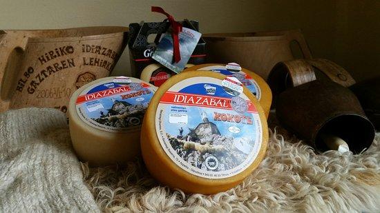 Azpeitia, Spanien: Queso Xoxote, con Denominación de Origen Idiazabal, es el queso elaborado artesanalmente con la mejor leche de nuestras ovejas lachas.  La leche utilizada en la elaboración del queso Xoxote se obtiene de las ovejas que pastan en el monte Xoxote de Izarraitz.