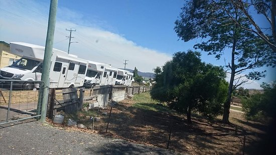 Avoca, Australië: MOTOR HOMES LINED UP FOR THEIR FIX