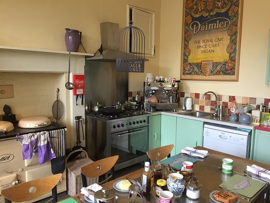 Lower Heyford, UK: Breakfast is served in the kitchen