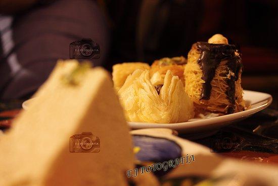 salon de te: Surtido de dulces árabes y halawa de pistacho