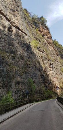 Sanzeno, Italie : Sentiero per San Romedio...visto da sotto!