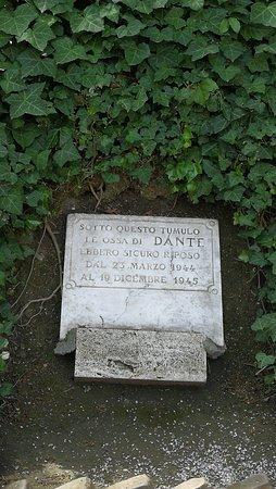Lapide che ricorda il luogo dove furono nascoste le ossa di Dante