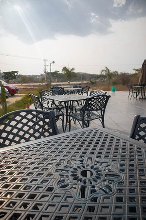 Nelamangala, Indie: Enjoy outdoor and indoor seating - Parathzzaa Restaurant