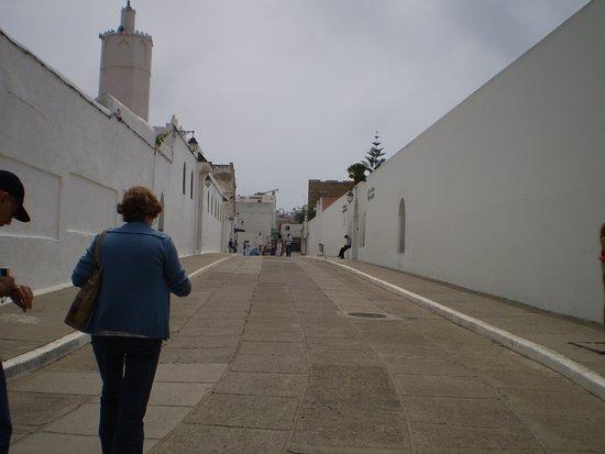 مدينة أصيلة: calle de entrada a la Medina....a la izquierda la Mezquita y a la derecha el Centro Hassan II