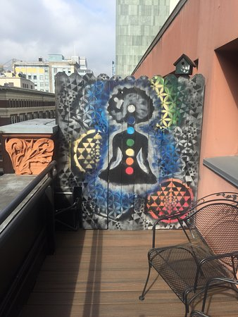 Kimpton Hotel Vintage Portland: The wood fence, nicely placed for privacy, has fun artwork.