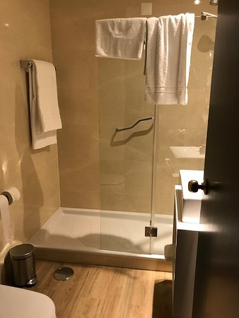 Banheiro pequeno, mas funcional. O box deveria ser antiderrapante, mas tem barra de apoio e boa ducha.