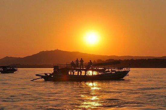 Crociera in barca al tramonto a Bagan