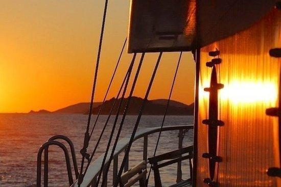 阿尔戈斯托利港的日落游船