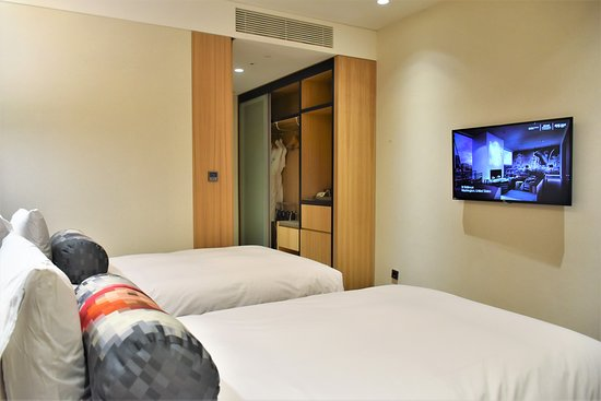 Modern, compact and very clean Aloft studio room with 2 single beds