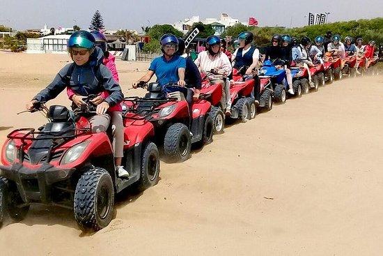 四輪摩托車騎在海灘和索維拉的沙丘上
