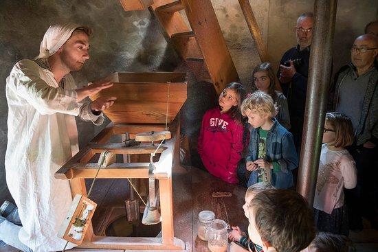 Mauges-sur-Loire, Франция: Le guide-meunier se fera un plaisir de vous faire découvrir les secrets du moulin (©D.Drouet)
