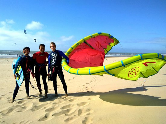 Noordwijk, Pays-Bas : Smiling faces after having experienced the power of our kites.
