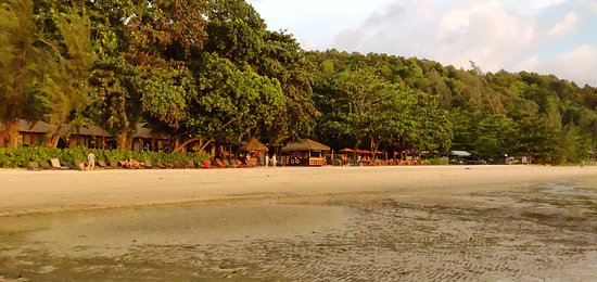 Blick vom Meer auf die Strandbar/-Restaurant