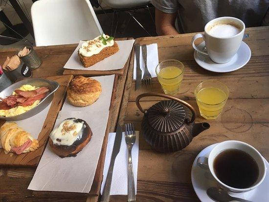 Mazzo Coffee and Deli: Brunch - scon de queso, rol de canella, medialuna de jamon y queso, huevos revueltos con panceta y carrot cake