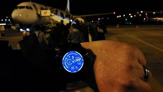 Transavia: 00H13, nous commençons à monter dans l'appareil après 53 minutes d'attente dans un couloir ouvert aux vents entre la salle d'embarquement et l'avion situé à 50m à pieds.