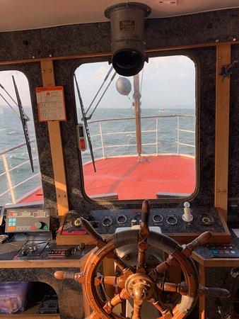 Glen Tarsan : Captains office.
