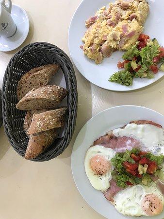 naše snídaně - hemenex a míchaná vajíčka