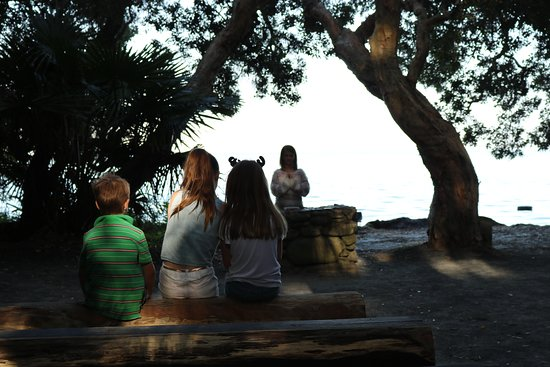 Elizabeth Beach, Ausztrália: Kids saying some prayers at The Green Cathedral