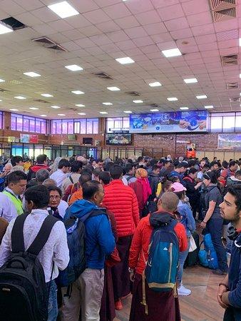 飛行機の遅延で大混雑するカトマンズ空港
