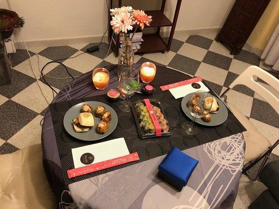 Mi pareja me sorprendió con una cena romántica y eligió comida a domicilio de Miss Sushi.
