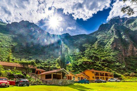 Yauyos, Перу: Vista exterior del hotel, asentado bajo la montaña Pukuria, con un tiempo característico de la Sierra de Lima.
