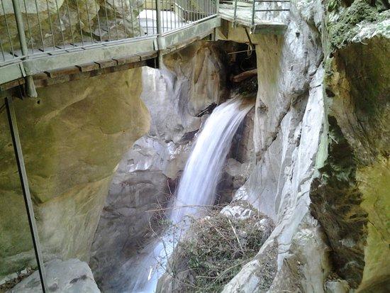 Bellano, إيطاليا: L'acqua sgorga e scroscia