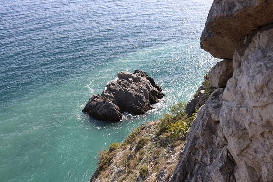 Гурзуф: Вид из тоннеля на скалу-лягушку