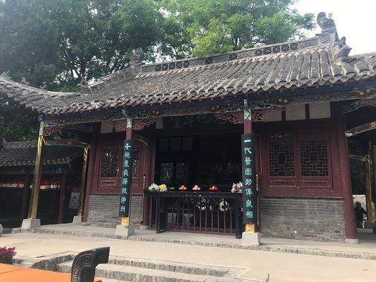 Guoyang County, China: 華佗の故郷、生家(?)。漢方医学の祖のように言われているのかと思ったが、曹操に殺され育てていた薬草も全て廃棄された、研究書も廃棄された(現地ガイドより)。ということは神のような能力を持つ華佗の知識は残らなかった?