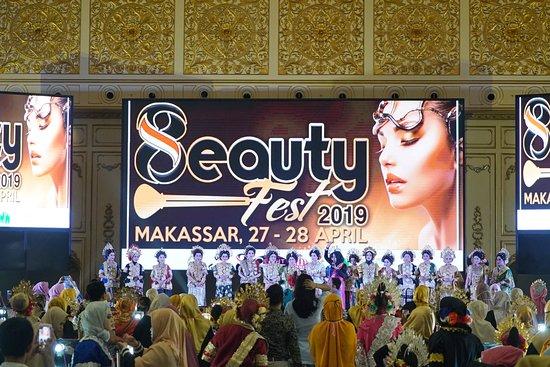 Myko Hotel & Convention Center Makassar: Kelengkapan modern standard layar besar LED di Diamond Ballroom melengkapi acara Eight Beauty Fest tahun ini berlangsung dari 27 – 28 April 2019.