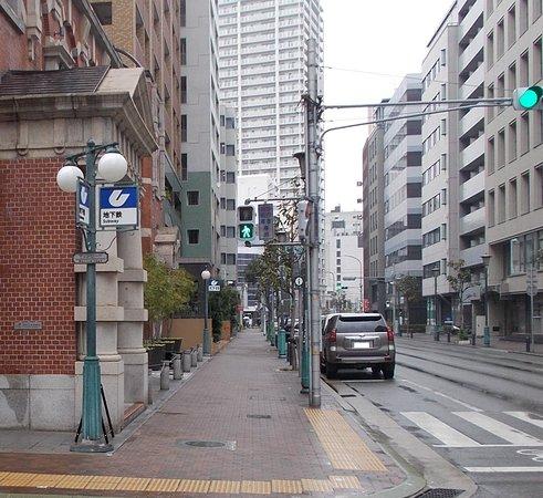 西側出入り口前の大通り(元町商店街は写真左手方向)