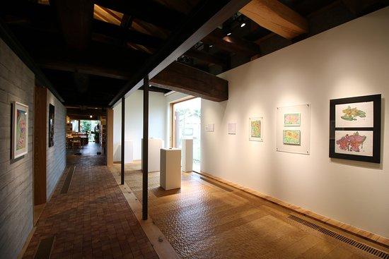 はじまりの美術館内観 過去の企画展での展示風景で、約3ヶ月ごとに展示風景が変わります。開催中の展覧会についてはホームページをご確認ください。(http://www.hajimari-ac.com/)