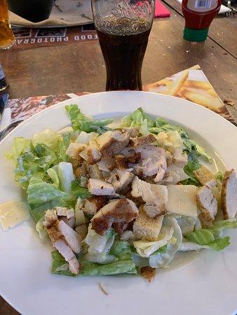 Roadhouse Restaurant: Chicken caesar salad servita nel piatto normale anzichè nella scodella grande ... perde un pò anche la presentazione