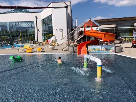 Hotel Sonnenpark: Kopání při venkovní teplotě 18 stupňů. Teplota vody není známa. Byla ale velmi příjemně teplá.